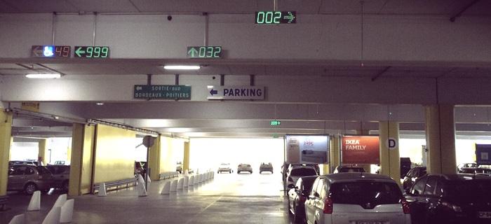 Varje passage var representerad av digitala skyltar som angav antalet lediga platser.